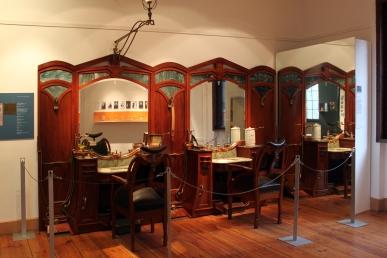 Interior de salão de cabelereiro de Henry van de Velde https://commons.wikimedia.org/wiki/File:1813-1957_Salonausstattung_Henry_van_de_Velde_anagoria.JPG#/media/File:1813-1957_Salonausstattung_Henry_van_de_Velde_anagoria.JPG